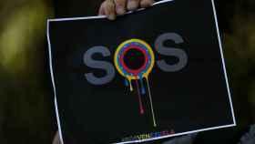 Mensaje de SOS escrito con los colores de la bandera venezolana.