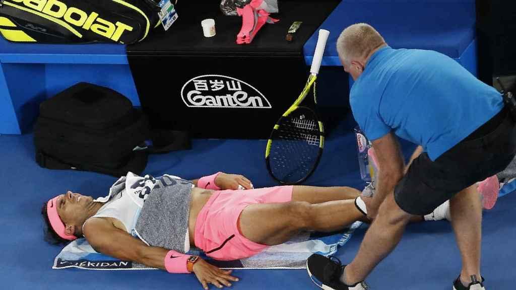 Nadal, siendo atendido por el fisioterapeuta en el partido contra Cilic.