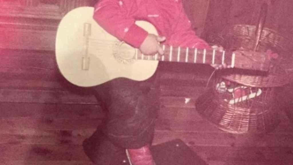 Guix, de niño y con una guitarra.