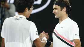 Federer, saludando a Chung tras la retirada.