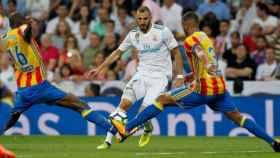 Benzema ante dos defensas del Valencia