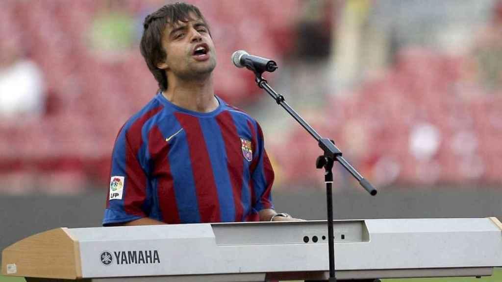 Guix, al piano y cantando el himno del Barça.