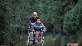 Shi lleva a Jiang todos los días al colegio recorriendo 24 kilómetros