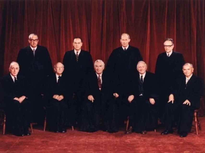 Los miembros del Tribunal Supremo de Estados Unidos en 1971: Hugo L. Black, William O. Douglas, John M. Harlan, William J. Brennan, Jr., Potter Stewart, Byron R. White, Thurgood Marshall, Warren E. Burger, and Harry A. Blackmun.