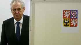 El euroescéptico Zeman gana comicios presidenciales checos y revalida el cargo