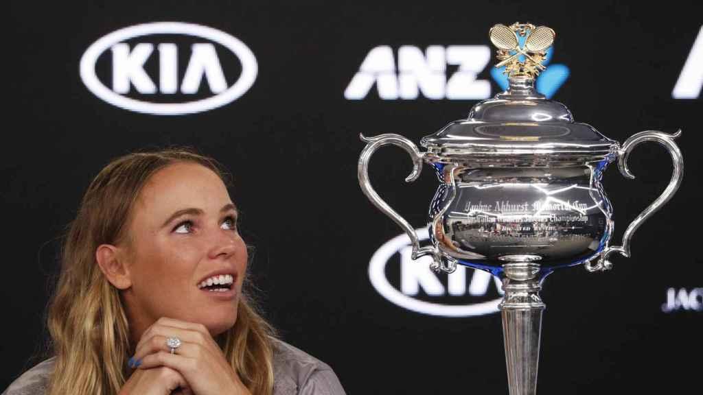 Wozniacki mira embelesada el trofeo de su primer grande.