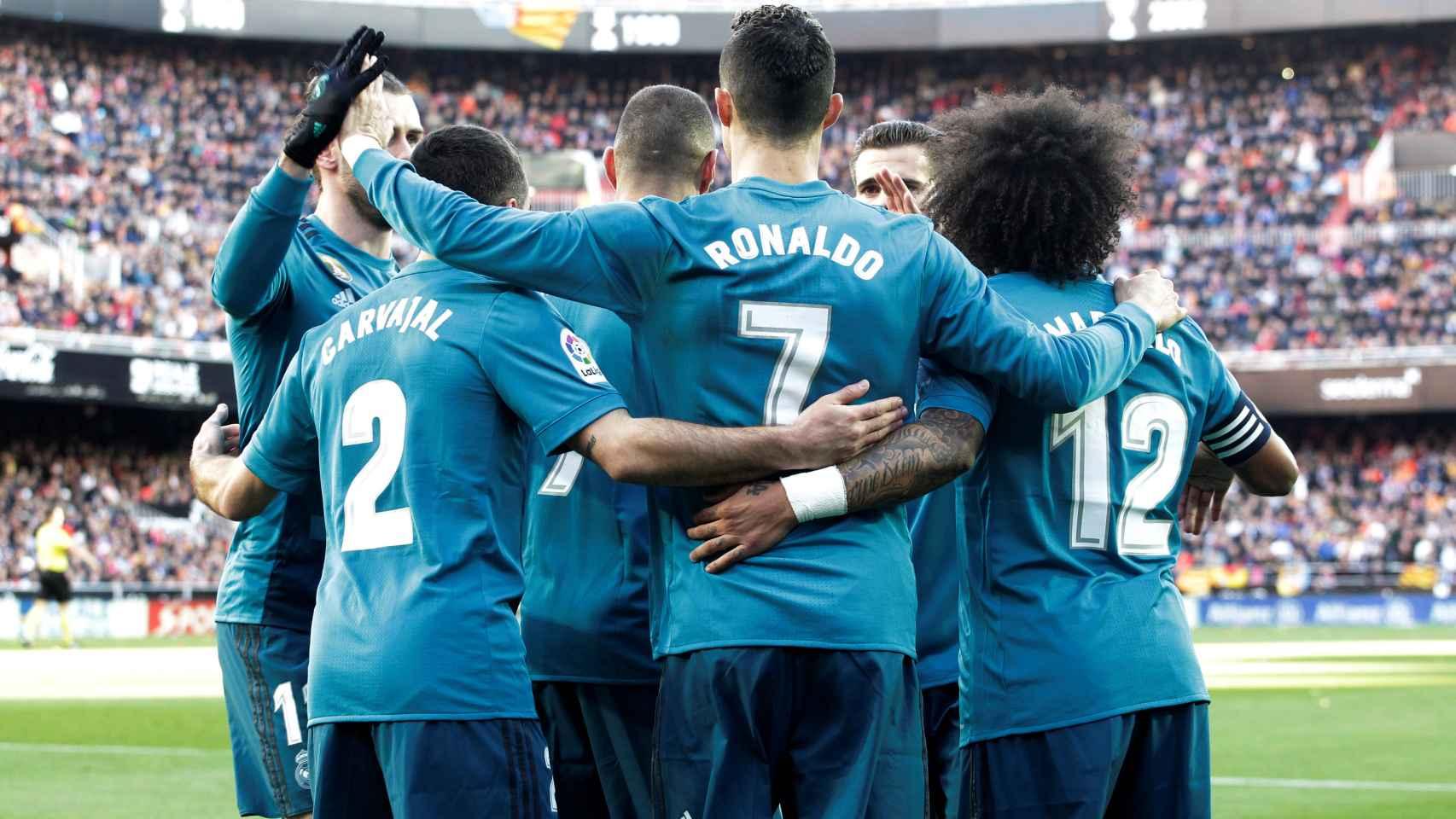 Los jugadores del Real Madrid celebran la victoria en Mestalla. / Reuters