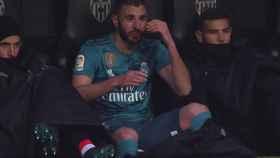 Tremendo enfado de Karim Benzema en el banquillo de Mestalla