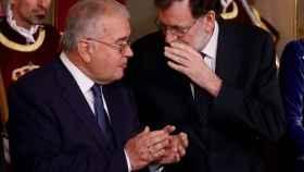 El presidente del Gobierno conversa con González Rivas en un acto oficial./