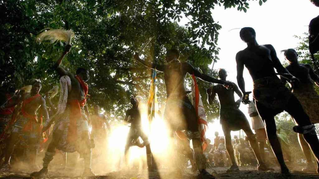 Un grupo de jóvenes realizan un baile tradicional en Camasance, la capital turística de Senegal