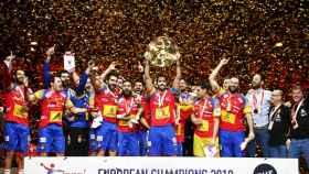 La selección española celebra el título europeo.