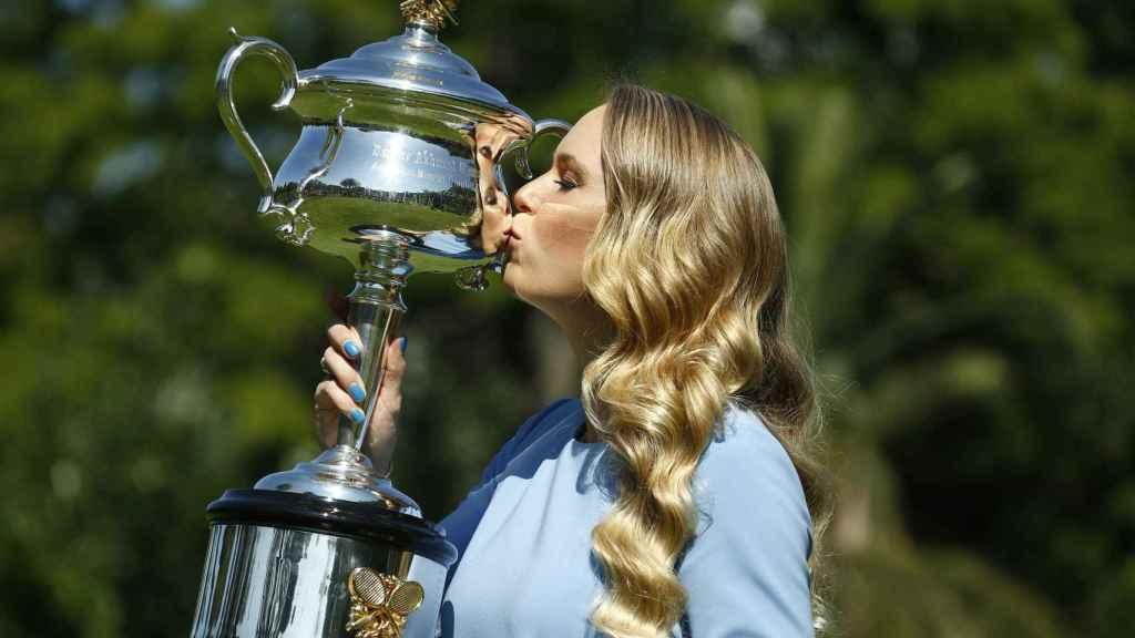 Wozniacki, posando con el título de campeona la mañana del domingo.
