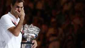 Federer, llorando tras recibir el título de campeón del Abierto de Australia.