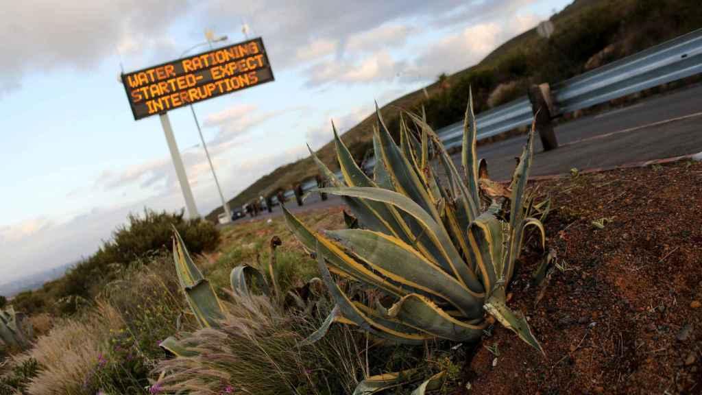 Un letrero avisa de las restricciones al uso del agua a la entrada de Ciudad del Cabo.