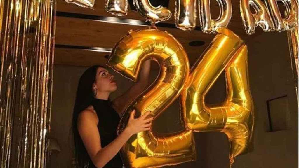 Georgina con sus globos de cumpleaños.