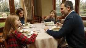 Felipe VI y Letizia junto a sus hijas Leonor y Sofía durante un almuerzo.