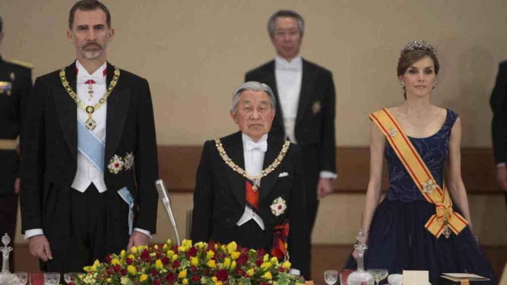 Akihito con el toisón en una cena de gala con los reyes.