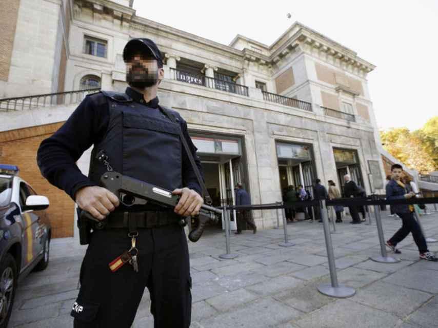 Policía Nacional a la puerta del Museo Nacional del Prado.