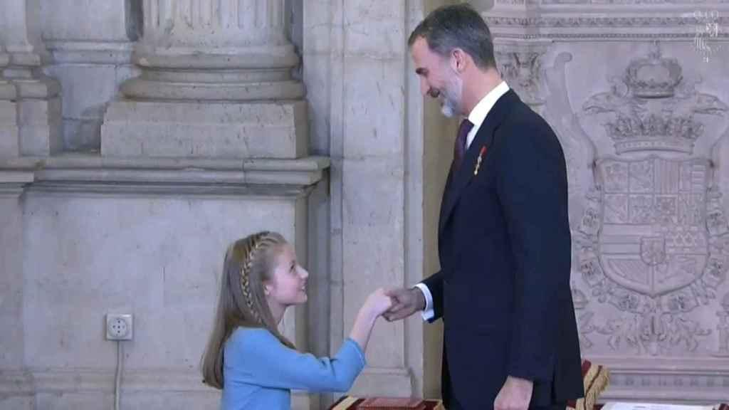 Leonor hace una reverencia a su padre, Felipe VI.