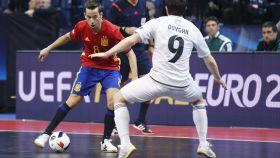 Ángel Lin encara a un rival.