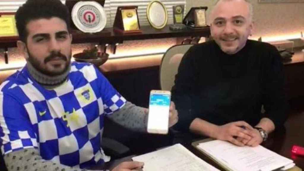 Omer Faruk Kiroglu, a la izquierda, en el momento de su fichaje, realizado en bitcoins.