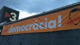 Una pancarta independentista en la sede de TV3.