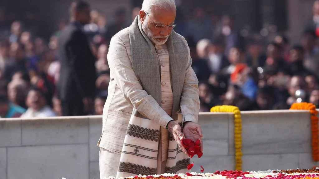 El primer ministro de la India, Narendra Modi, rinde homenaje en el monumento a Mahatma Gandhi.