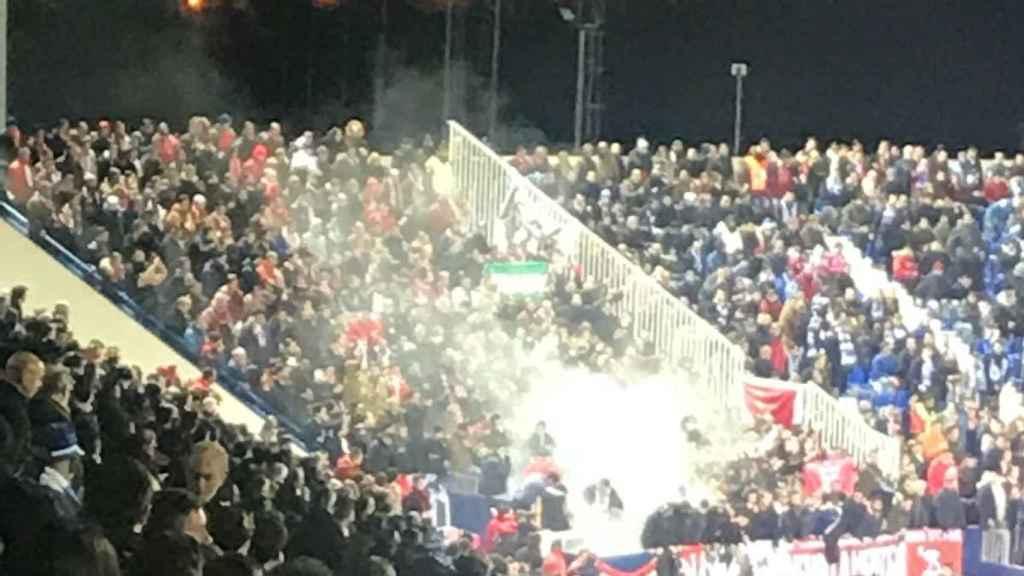 Los Biris lanzan bengalas al durante el Leganés - Sevilla de Copa