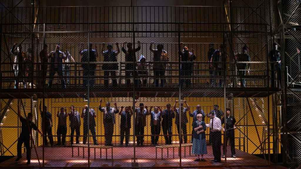 Imagen de la cárcel en el escenario del Teatro Real.