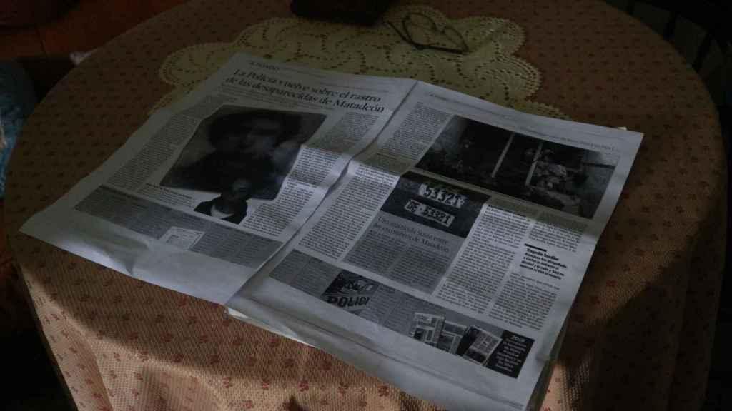 Lucita guarda en su casa los recortes de prensa sobre la desaparición de Mari Trini.
