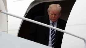 Trump saliendo del avión presidencial