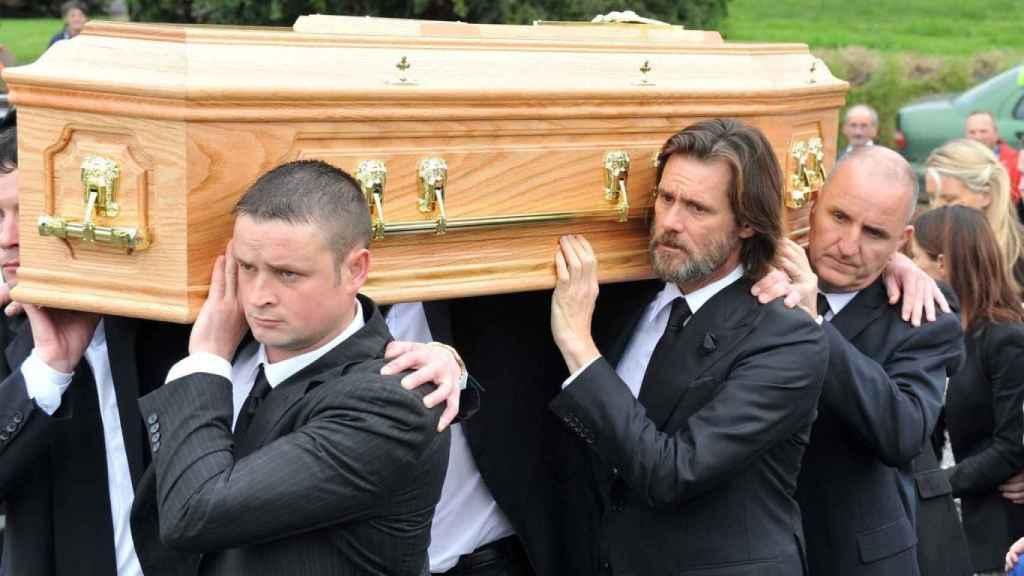Jim Carrey portando el féretro de su expareja, Cathriona White.