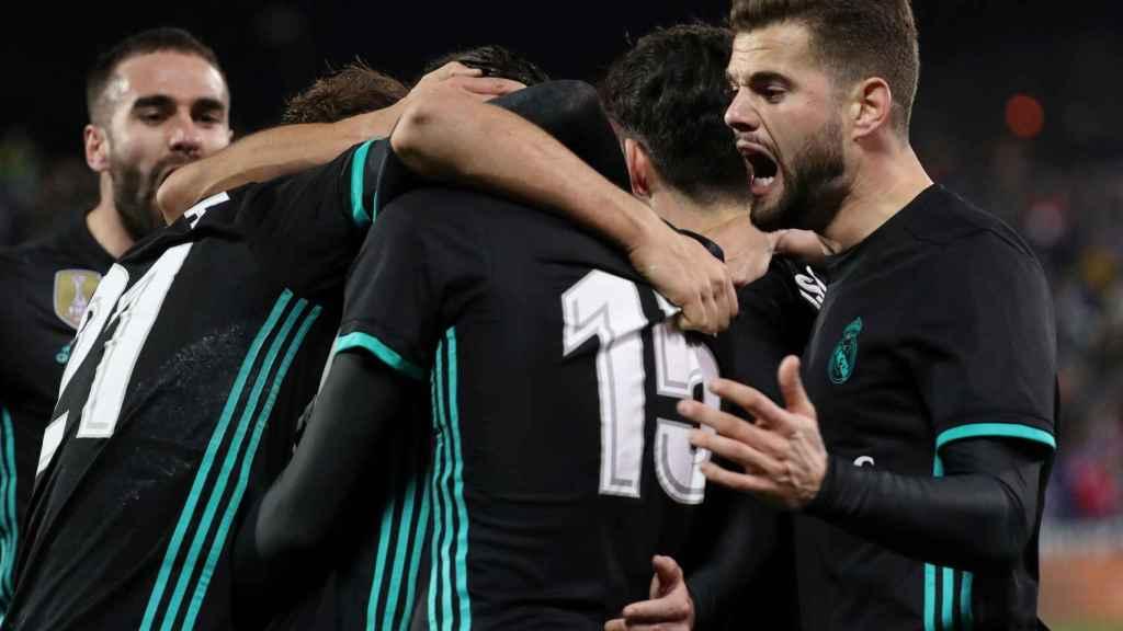 Nacho, en primer plano, al celebrar un gol del Real Madrid.
