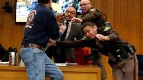 El momento en el que el padre de tres víctimas de Larry Nassar intenta agredirle.
