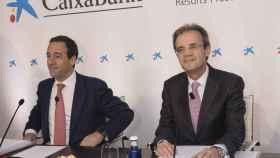 A la izquierda, Gonzalo Gortázar, consejero delegado de CaixaBank, y Jordi Gual, presidente de la entidad.