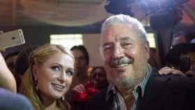 Fidel Castro Díaz-Balart posa junto a Paris Hilton en una imagen tomada en 2015.
