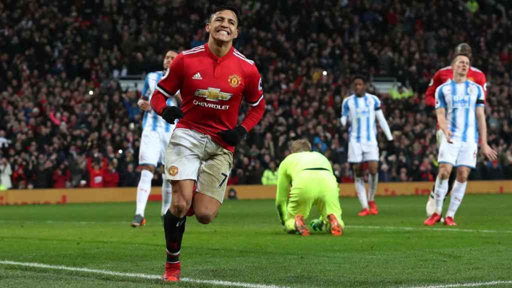 Alexis celebra su tanto ante el Huddersfield.