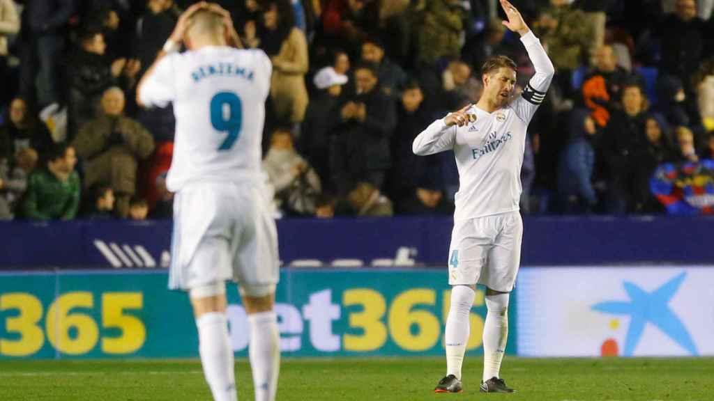 Ramos y Benzema se lamentan tras la derrota del Ciutat de Valencia.