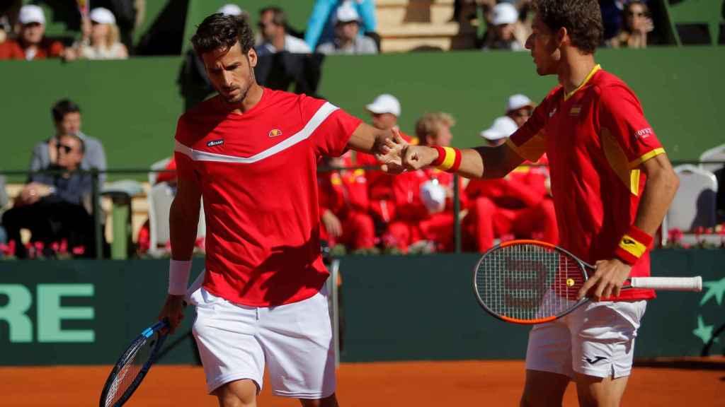 La pareja española durante el partido de dobles.