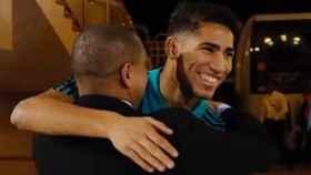 Achraf se abraza con Roberto Carlos. Foto Instagram (@achrafhakimi)