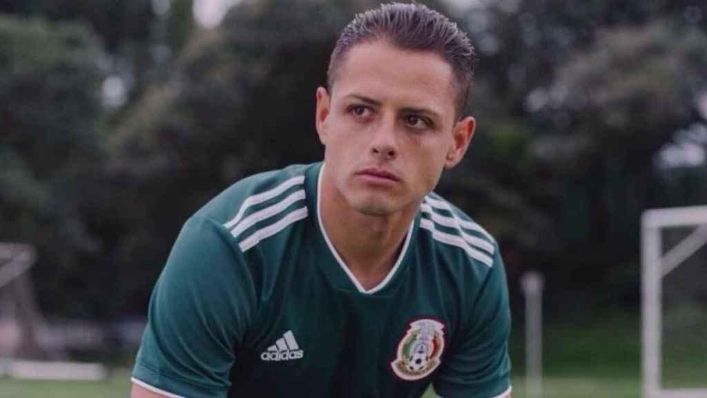 Chicharito posando con la camiseta de México. Foto: Instagram (ch14_instagram).
