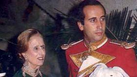Francis Franco, con Carmen Polo, su abuela y esposa del dictador.
