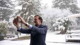 El presidente también quiso inmortalizarse bajo los copos de nieve que cayeron en Madrid