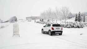 Un automóvil en el puerto de Corbalán, nevado.