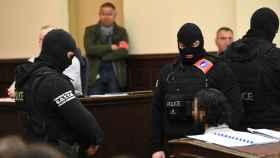Abdeslam custodiado por la policía durante el juicio.