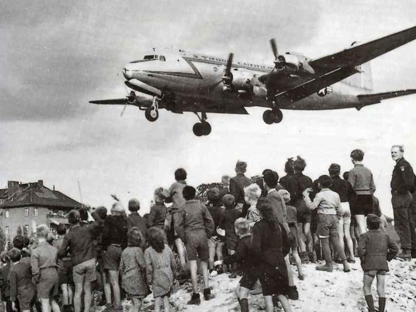 Un C-47 americano aterriza con provisiones en el Berlín bloqueado por la URSS.