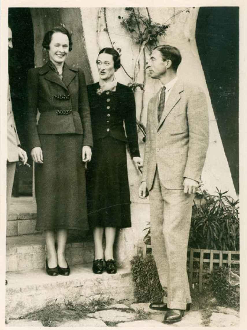 Wallis, en el centro, con Katherine y Herman Rogers.