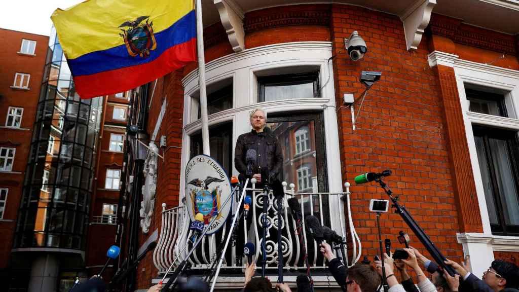 Assange en una imagen de archivo en la embajada ecuatoriana