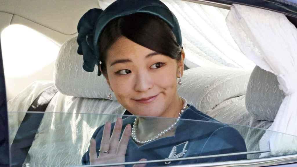 La princesa Mako saludando a la prensa.