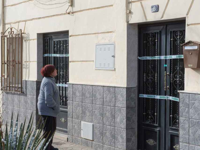 Una vecina mira la vivienda donde Pilar murió a manos de Antonio en la madrugada de este domingo en la localidad granadina de Guadix.